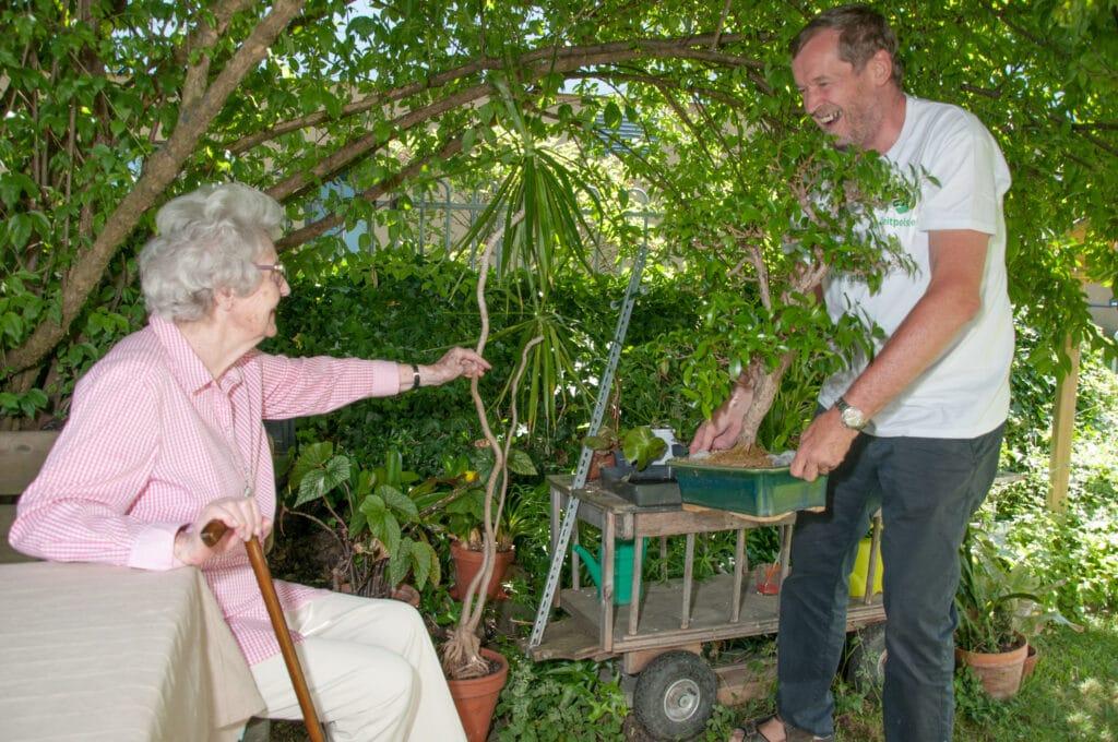 Ein Mitglied von Zeitpolster nützt die Nachbarschaftshilfe mit Gartenarbeit